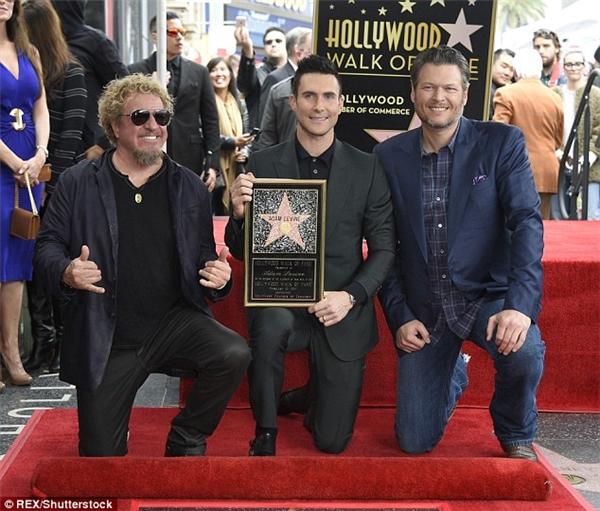 Adam chụp cùng ngôi sao của riêng anh trong sự chung vui của các đồng nghiệp.