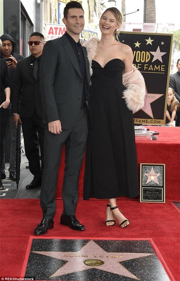 Cặp đôi trông vô cùng thanh lịch và không kém phần cuốn húttrong trang phục đen là màu chủ đạo.