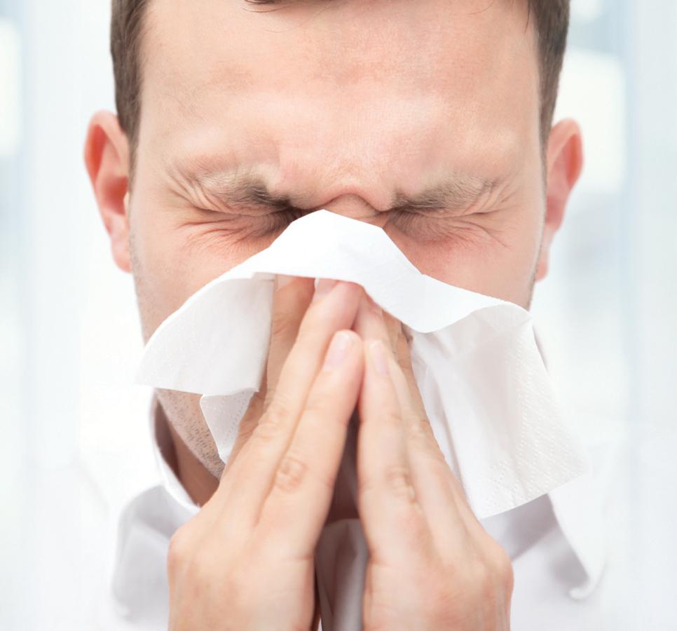 Bạn có thể tự làm giảm nghẹt mũi và thông mũi bằng cách nâng lưỡi chạm vòm miệng và dùng tay ấn vào ấn đường (huyệt nằm giữa 2 lông mày). Hãy giữ như vậy khoảng 15-20 giây và lặp lại đến khi bạn cảm thấy thoải mái hơn.