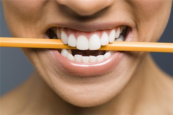 Đặt một cây bút chì trong miệng sẽ giúp kích thích các cơ được sử dụng khi cười, đánh lừa não bộ chuyển sang trạng thái thoải mái hơn.
