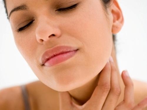 Khi cảm thấy ngứa cổ họng, hãy thử gãi mặt sau của lỗ tai. Điều này sẽ kích thích các cơ trong cổ họng co giãn và giúp giảm triệu chứng.