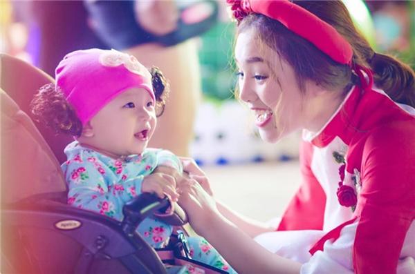 """Sau thời gian kết hôn và """"vắng bóng"""" khỏi showbiz Việt, hiện tại Nhật Hạ đang có một cuộc sống hạnh phúc viên mãn bên chồng cùng con gái đầu lòng. Được biết, """"công chúa nhỏ"""" nhàNhật Hạ đã tròn 8 tháng tuổi và rất kháu khỉnh."""