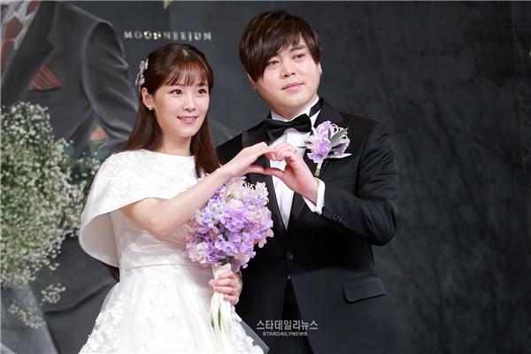 Trang phục cưới của cô dâu và chú rể được thiết kế đơn giản, đề cao sự tinh tế. Bó hoa cưới trông rất thanh tao và đẹp mắt.