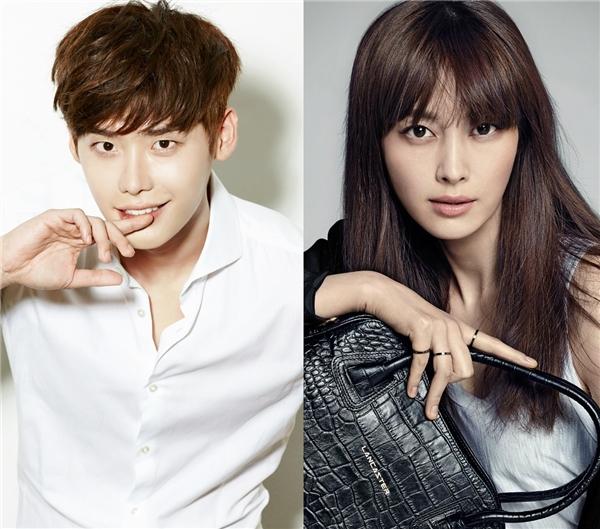"""Nếu là fan của Lee Jong Suk, hẳn ai cũng biết anh khá """"cuồng"""" đàn chị Lee Na Young, mặc dù là """"hoa đã có chủ"""" nhưng nữ diễn viên nổi tiếng luôn là câu trả lời của nam diễn viên mỗi khi được hỏi về mẫu bạn gái lí tưởng. Thậm chí, anh còn không ngần ngại trách móc Kim Woo Bin khi cậu bạn thân quên không xin chữ kí của Lee Na Young trong một lần hợp tác quảng cáo."""