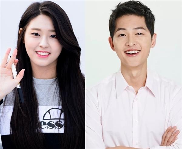 """Dù đã bước sang tuổi 31 nhưng Song Joong Ki vẫn thừa sức """"đốn tim"""" khán giả nữ nhờ gương mặt điển trai """"búng ra sữa"""" cùng nụ cười hồn nhiên, ấm áp. Đây cũng là chính đặc điểm khiến Seolhyun (AOA) bị thu hút. Nữ thần tượng không chỉ chọn """"đại úy Yoo"""" làm hình mẫu bạn trai lí tưởng và mong có cơ hội được hợp tác với anh một ngày không xa."""
