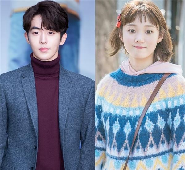"""Nam Joo Hyuk từng khiến các fan rần rần khi chọn """"nàng tiên"""" Bok Joo làm hình mẫu bạn gái lí tưởng bởi trong phim cô luôn là người ở bên cạnh cổ vũ và động viên anh. Chưa hết, việc mĩ nam 23 tuổi bày tỏ mong muốn được """"yêu"""" Lee Sung Kyung lần nữa tiếp tục gieo hi vọng về kết thúc có hậu ngoài đời thật của cặp Tiên nữ cử tạ trong lòng những khán giả yêu mến họ."""