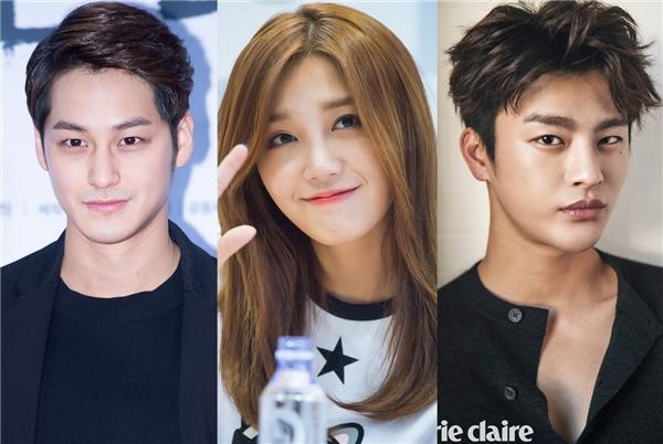 """Sau lần hợp tác với Kim Bum trong That winter the wind blows thì Eunji (A Pink) cũng """"đổ gục"""" trước mĩ nam 28 tuổi này và chọn anh làm hình mẫu bạn trai lí tưởng. Ngoài ra thì nữ thần tượng cũng chọn """"tình cũ"""" Seo In Guk như là gương mặt gần với tiêu chuẩn của cô."""