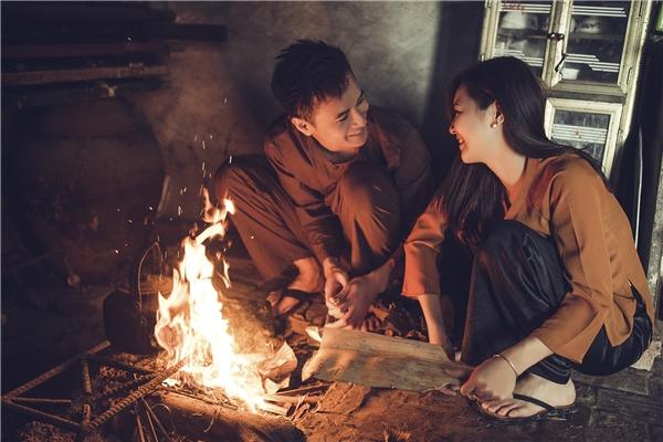 Cả hai bên căn bếp củi hồng mà bố từng đun nấu.