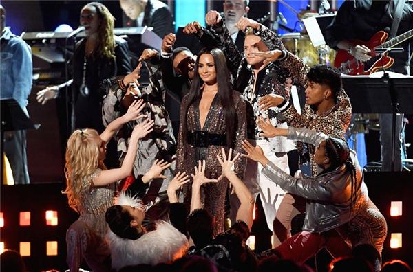 Demi Lovato cùng các nữ nghệ sĩ trình diễn một loạt ca khúc củaBee Gees