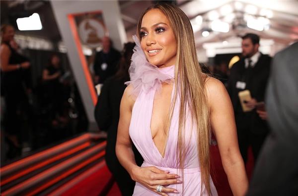 Jennifer Lopez yêu kiều trong chiếc đầm hồng