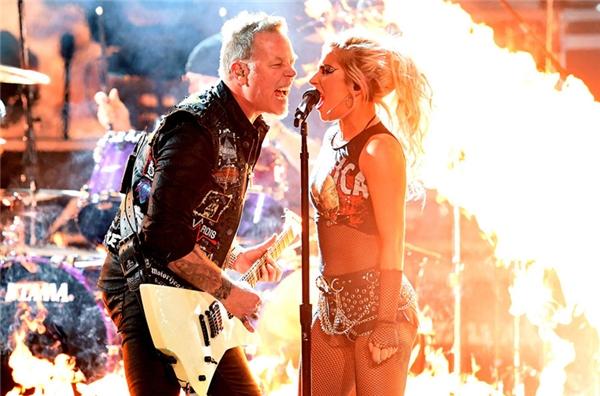 Lady Gaga & Metallica trong màn biểu diễn rực lửa