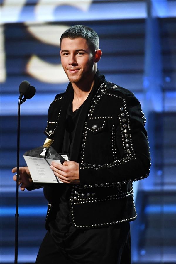 Nick Jonas trên sân khấu trao giải