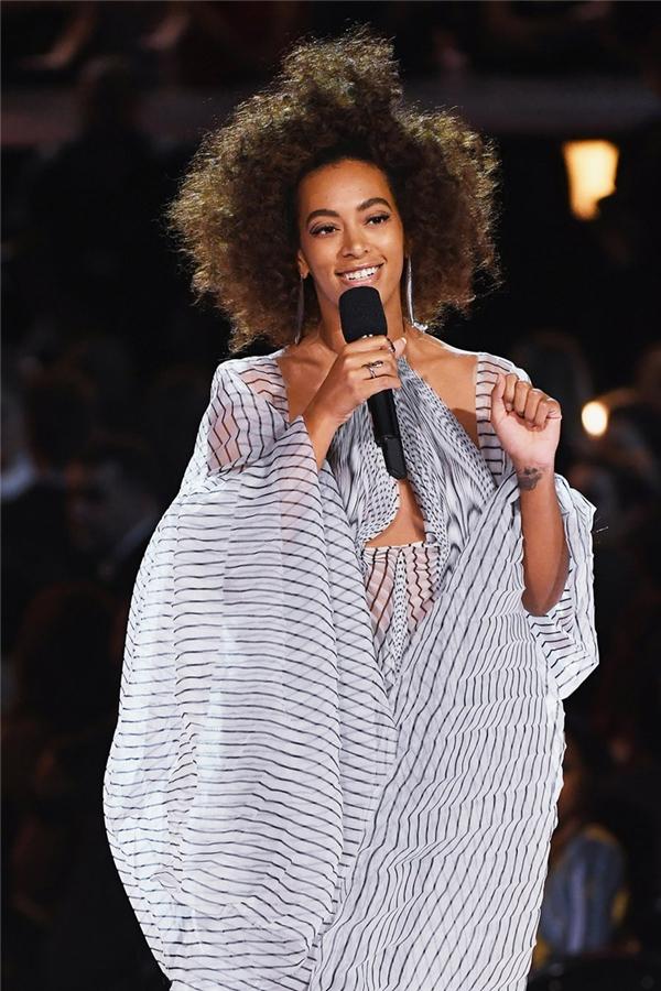 Solange, em gái của Beyoncé, lần đầu tiên chiến thắng tại Grammy.