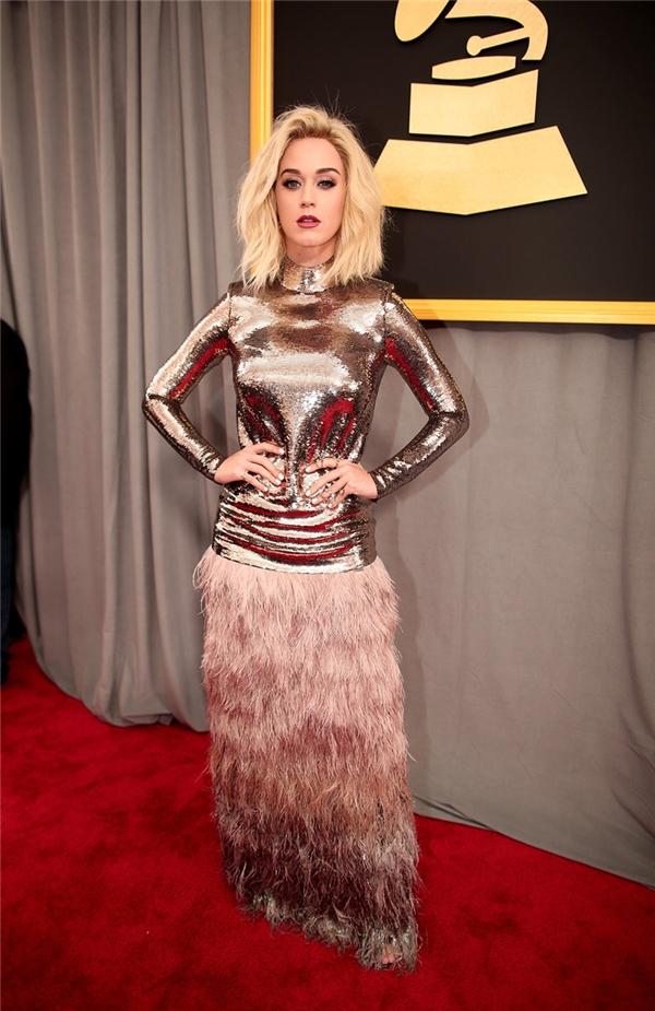 Katy Perry biểu diễn ca khúc mới Chained to the Rhythm, nhưng trang phục của cô trên thảm đỏ hấp dẫn hơn nhiều.