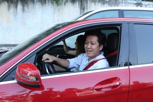 """Mỗi khi có thời gian, Trường Giang đều tự tay lái xe đưa đón bạn gái đi diễn. Với """"Mười Khó"""", đây là niềm hạnh phúc mà chỉ anh có được. - Tin sao Viet - Tin tuc sao Viet - Scandal sao Viet - Tin tuc cua Sao - Tin cua Sao"""