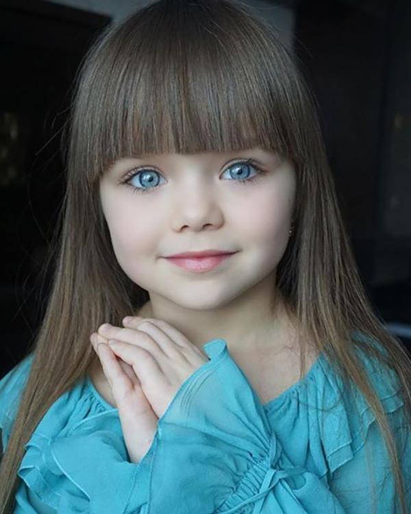 Những biểu cảm đáng yêu của cô bé xinh xắn đang thu hút sự quan tâm của cộng đồng mạng.
