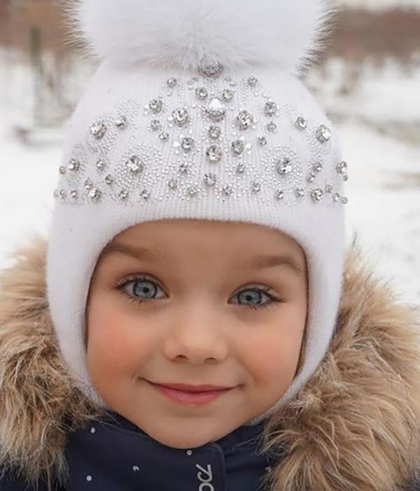 Anastasiya sở hữu vẻ đẹp thuần khiết với sự hoàn hảo trên gương mặt: da trắng, mắt to, tóc dài vàng óng, màu mắt xanh đặc biệt.