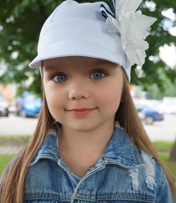 Búp bê 6 tuổi người Nga gây sốt MXH với đôi mắt xanh