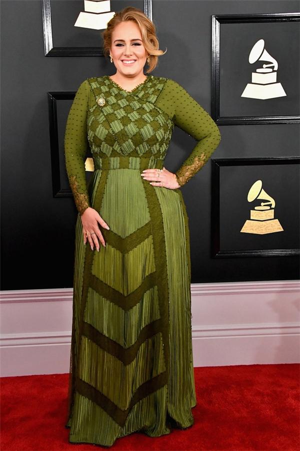 Adele là tâm điểm của Grammy 2017 với 5 hạng mục được đề cử. Trên thảm đỏ, giọng ca Hello ghi điểm với bộ váy màu xanh rêu, nhiều chi tiết đan lồng vào nhau.