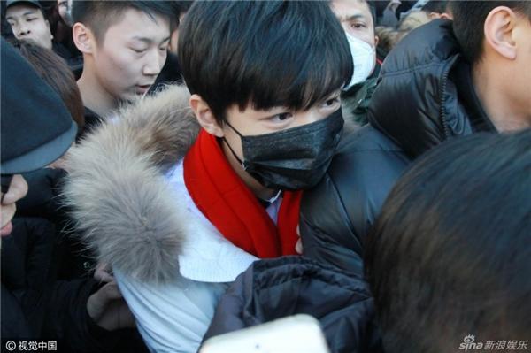 Fans phẫn nộ vì Vương Tuấn Khải bị sờ mặt, giật khẩu trang khi đi thi