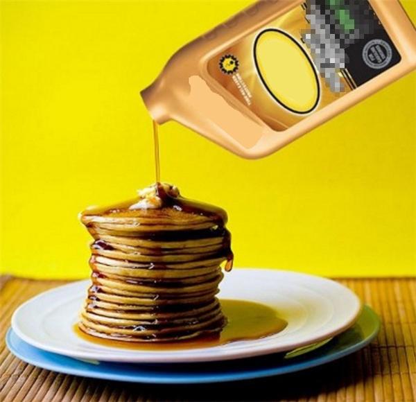 Dùng dầu động cơ để thay thế cho si rô rưới lên những đĩa bánh pancake. Vì loại bánh này hút si rô rất nhanh nên nếu dùng si rô thì sẽ không kịp chụp được tấm ảnh ưng ý. Nếu không dùng dầu động cơ thì người ta sẽ xịt lên mặt bánh một loại hóa chất không thấm nước để bánh không hút si rô.