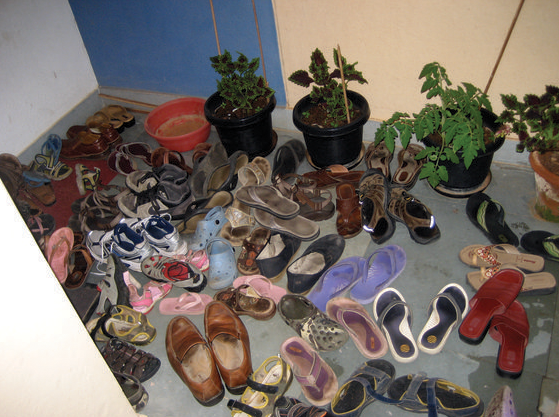 Ba mẹ dạy vô nhà phải bỏ giày dép ở bên ngoài mới là em bé ngoan nhé.