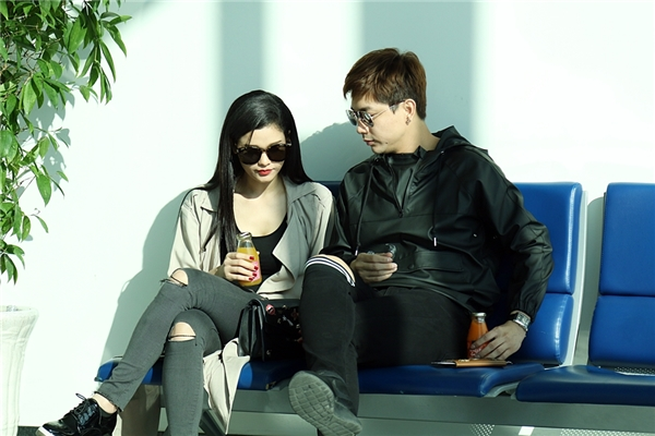 Tại sân bay, cặp đôi diện trang phục trẻ trung, năng động và liên tục có những cử chỉ tình cảm, âu yếm dành cho nhau. - Tin sao Viet - Tin tuc sao Viet - Scandal sao Viet - Tin tuc cua Sao - Tin cua Sao