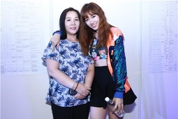 Hari Won chụp ảnh bên mẹ ruột trong lần đầu tiên mẹ tháp tùng cô đi diễn. - Tin sao Viet - Tin tuc sao Viet - Scandal sao Viet - Tin tuc cua Sao - Tin cua Sao