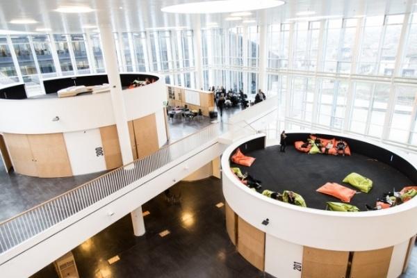 Ngôi trường này được đánh giá cao bởi thiết kế ấn tượng nhưng cũng rất phá cách nhằm khích lệ tinh thần sáng tạo và năng động của các em học sinh.