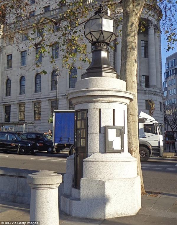 """Đồn cảnh sát """"tí hon"""" tại Quảng trường Trafalgar."""