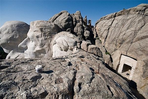 Phía sau bức tượng granite khắc họa chân dung tổng thống Abraham Lincoln trên đỉnh núi Rushmore ở bang South Dakota có một căn phòng bí mật.
