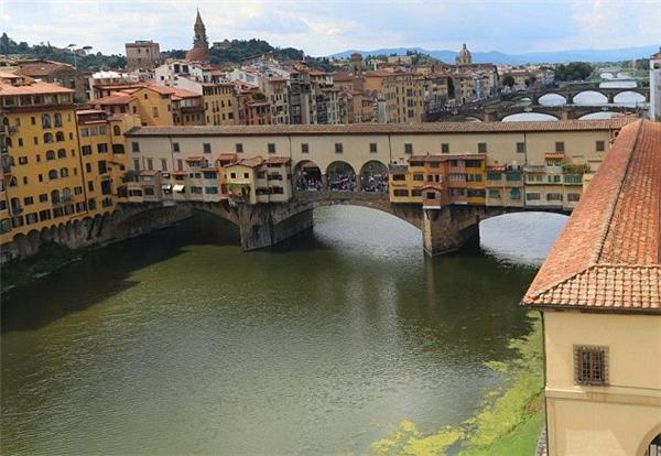 Đến tham quan thành phố Florence, Ý, du khách không khỏi ấn tượng với dãy hành lang bí ẩn dài gần 1km nối giữa Phòng triển lãm Uffizi và Cung điện Pitti.