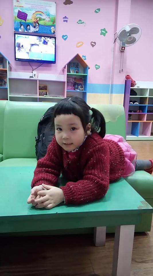 Cô bé tự cắt tóc đấy các mẹ ạ. Trẻ con thì dù tóc có hỏng thì cũng rất đáng yêu.
