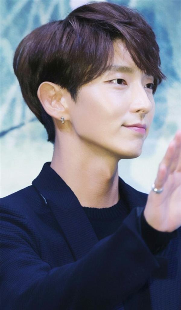 Là một trong những mĩ nam vạn người mê nhưng Lee Jun Ki lại sở hữu vẻ đẹp phi giới tính nhờ những đường nét nữ tính đến cả con gái cũng ganh tị. Một trong những điểm nổi trội của gương mặt anh chính là chiếc mũi cao, nhỏ nhắn.