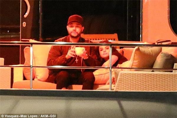 Selena và The Weekndxuất hiện ở địa điểm hẹn từ lúc 7 giờ tối và đến 1 giờ sáng hôm sau mới rời đi.
