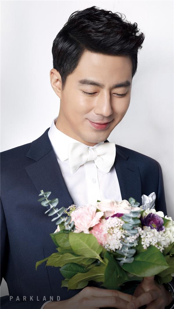 """Bất kể trên phim hay ngoài đời thực, nhan sắc của Jo In Sung vẫn khiến khán giả ngây ngất. Vẻ ngoài điển trai không tì vết cùng với phong cách bảnh bao, sang trọng của nam diễn viên 36 tuổi thật xứng đáng với danh hiệu """"mĩ nam đẹp hơn hoa"""" mà mọi người ưu ái dành tặng."""