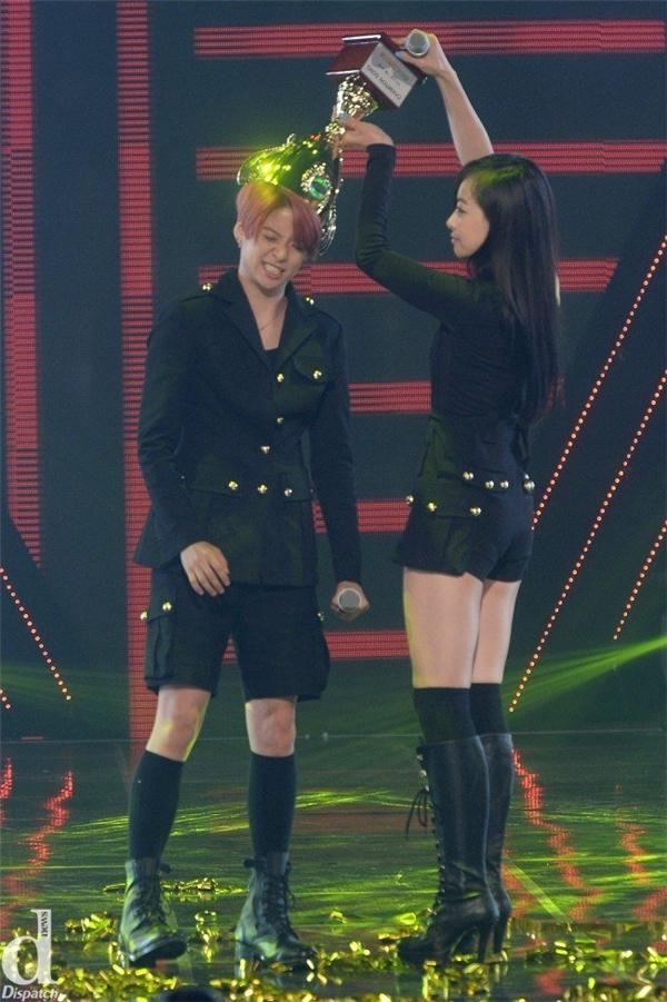Vic omma và Amber trao cúp cho nhau theo cách của mình.