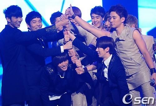 Các thành viên 2PM trồng cây chuối ăn mừng chiến thắng của người anh em 2AM.