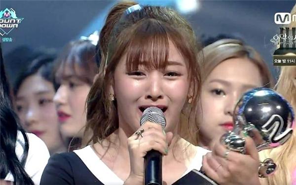Mặc dù là cô ấy đang khóc nhưng nhìn vào vẫn cứ thấy buồn cười không chịu được. Ji Hyo à! Xin lỗi nhé! Tại biểu cảm của em xuất sắc quá.