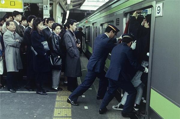 Công việc đẩy hành khách ởtàu điện ngầm.