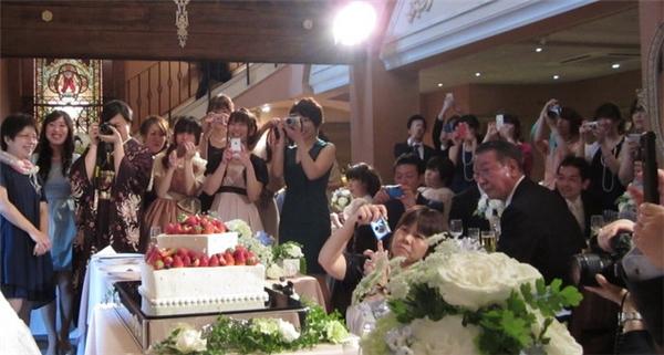 Tham dự tiệc cưới là công việc khá phổ biến tại Nhật Bản.