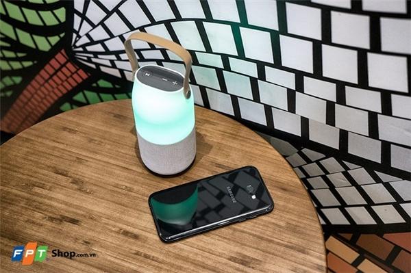 Loa Bluetooth Samsung đổi màu không chỉ là một chiếc loa không dây mà còn là một chiếc đèn trang trí độc đáo cho căn phòng của bạn.