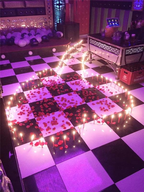 Nến và hoa hồng được trải thành hình trái tim trong căn phòng lớn.