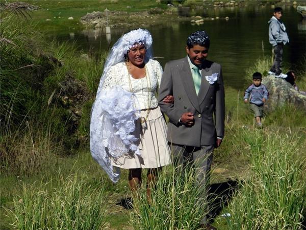 Cô dâu ở Bolivia mặc một chiếc váy cưới ngắn trên đầu gối, thế nhưng họ lạiđội một chiếc khăn voan họa tiết hoa rất dài cùng một chiếc vòng cổ cũng rất dài.