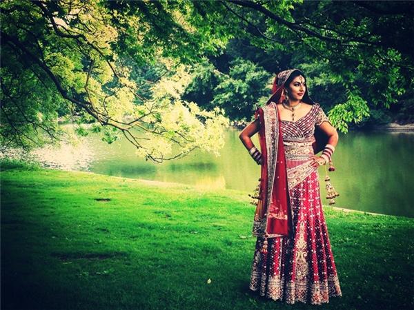 Váy cưới của cô dâu Ấn Độ đều có màu đỏ, đính kèm 16 món nữ trang và phụ kiện.