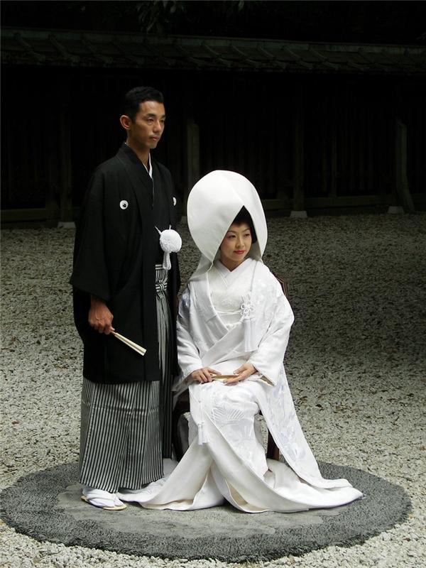 Cô dâu Nhật Bản mặc một bộ Kimono màu trắng và đội một chiếc mũ có tên Tsunokakushi trong ngày cưới.