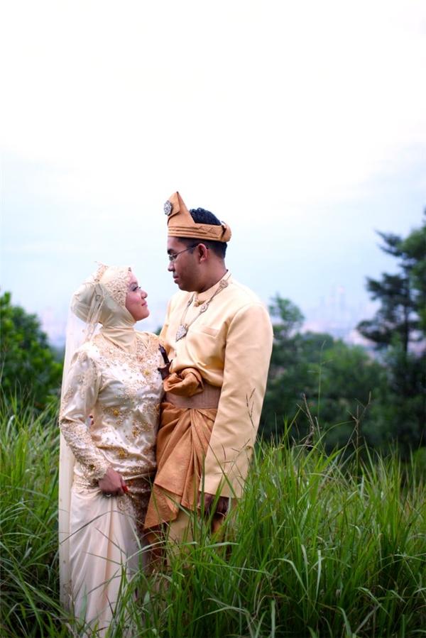 Nhiều cặp đôi người Malaysia vẫn giữ những bộ trang phục cưới truyền thống được dệt bằng tay có tên gọi là Songket.