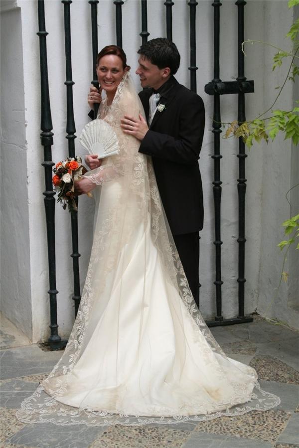 Cô dâu người Tây Ban Nha thường cầm theo một chiếc quạt theo đúng truyền thống flamenco.