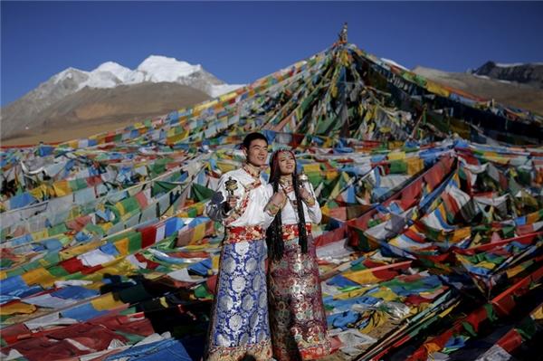 Vào đêm trước lễ cưới, chú rể ở Tây Tạng sẽ đem đến cho cô dâu của mình một bộ váy cưới và đồ trang sức. Đôi khi chú rể còn tặng thêm một tấm khăn trùm đầu, những đồng tiền bạc để trang trí cho mái tóc, và một lá bùa nhỏ bằng kim loại.