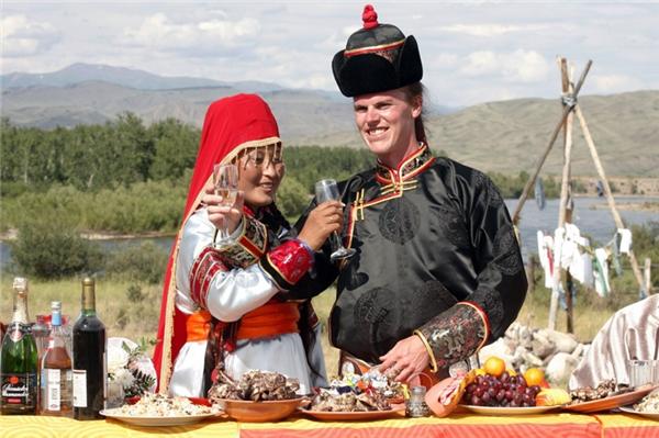 Ở nước CH Tuva, thuộc Nga, trang phục cưới phản ánh lối sống du mục của người dân. Dù cho là áo cưới thì cũng phải thoải mái khi ngồi trên lưng ngựa, chúng được dệt từ loại vải sáng màu và họa tiết cầu kỳ.